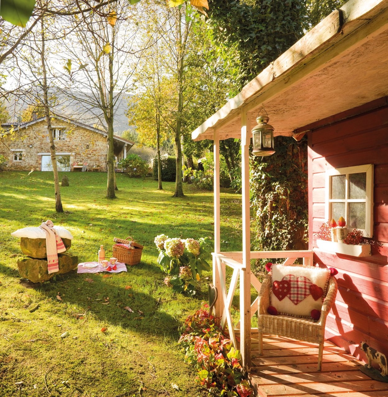 Una casa de cuento en medio del bosque for Casita de plastico para jardin