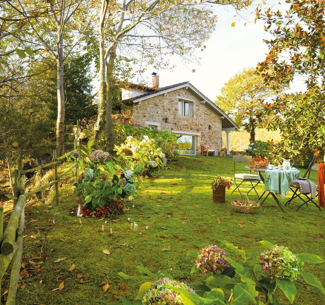Una casa de cuento en medio del bosque for Casa y jardin tienda