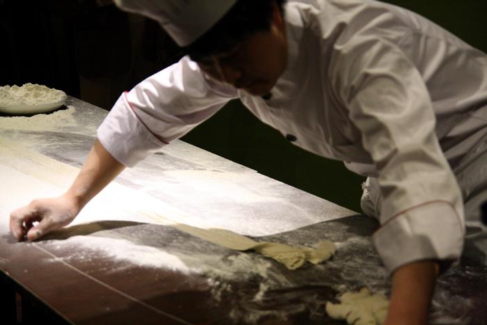 El chef Ruyan, que prepara pasta fresca en el restaurante a diario.