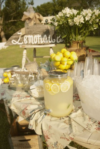 lemonade-stand-at-wedding