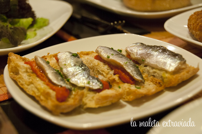 Coca de sardinas con salsa romescu