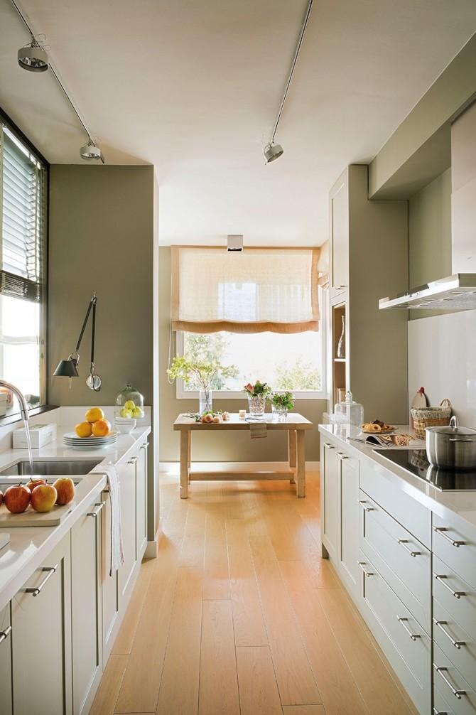 cocina_alargada_integrada_en_el_salon_con_muebles_a_ambos_lados_852x1280