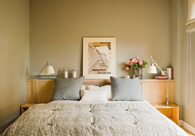 dormitorio_en_tono_verde_oliva_con_cabecera_de_roble_y_frente_tapizafo_1280x895