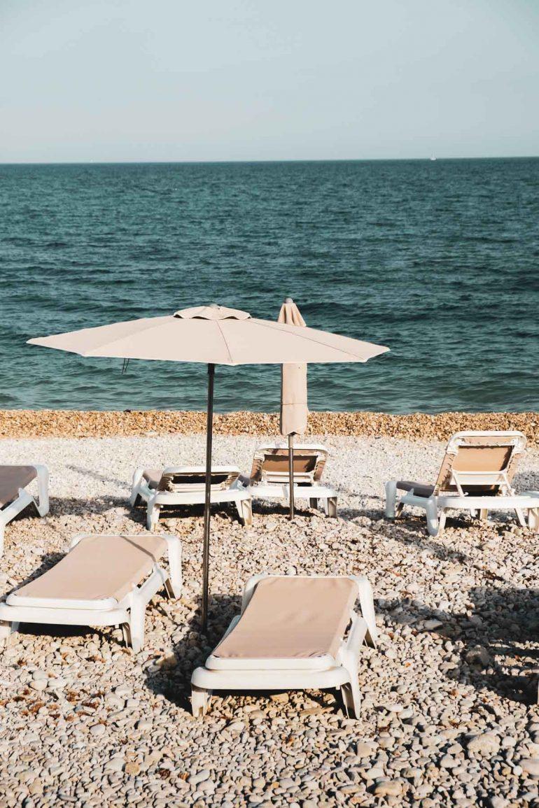 Tumbonas en la playa de Altea