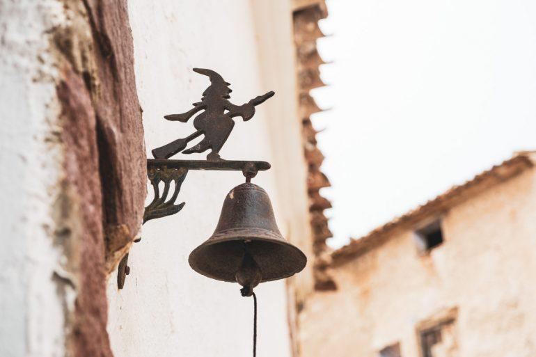 Bruja de Trasmoz en el dintel de la puerta campanilla