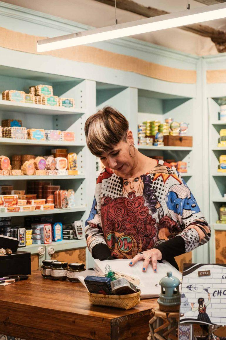 Eva en el mostrador de Latastienda, tienda de conservas originales en Zaragoza | La maleta extraviada