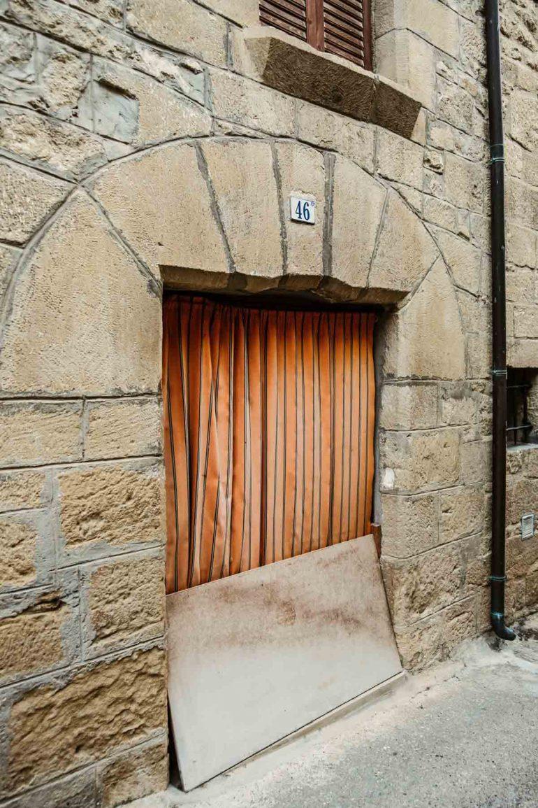 Puerta de una casa de la Juderia de Uncastillo | La maleta extraviada