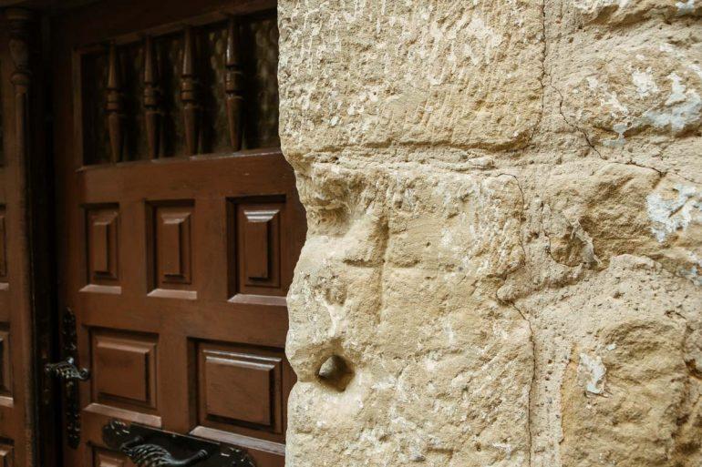 Cruz grabada en piedra de la juderia de uncastillo