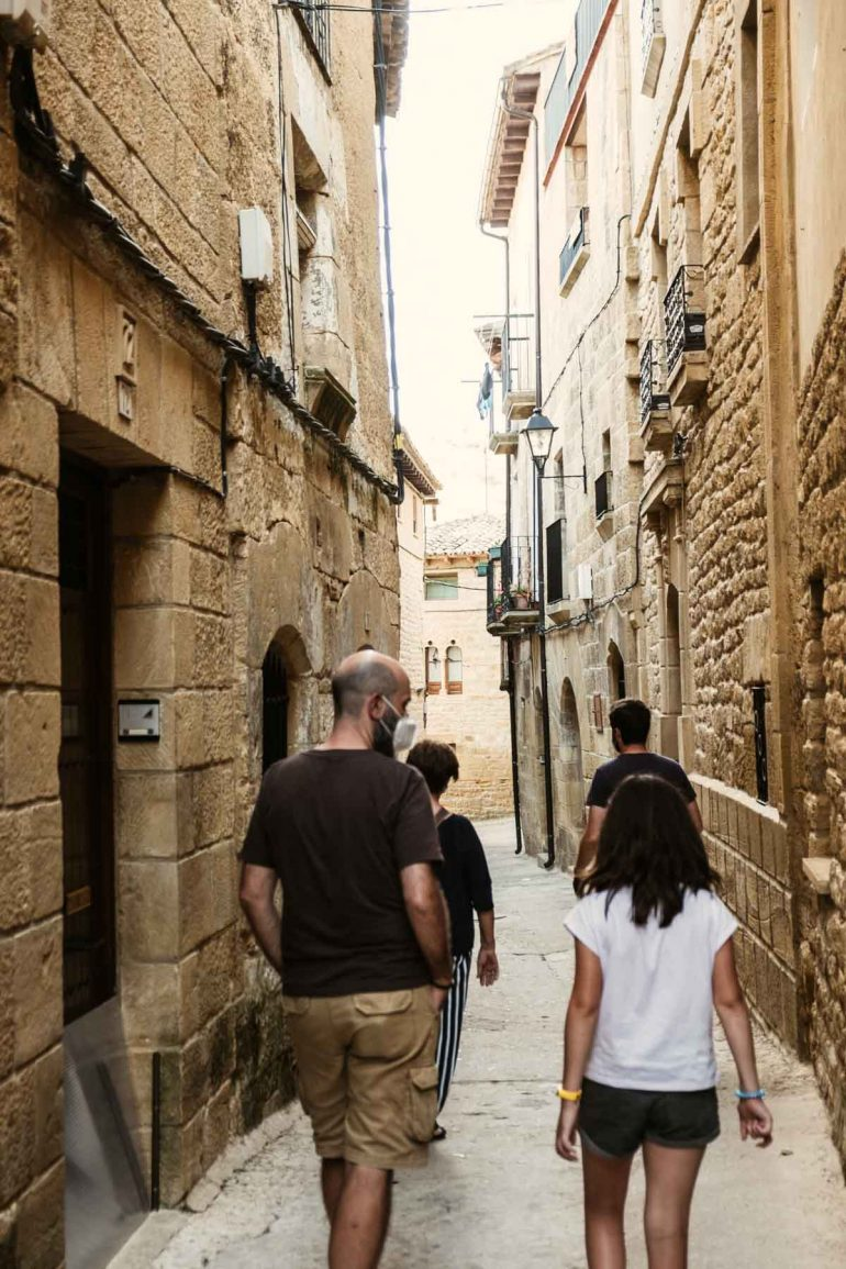 Gente paseando por la Juderia de Uncastillo | La maleta extraviada