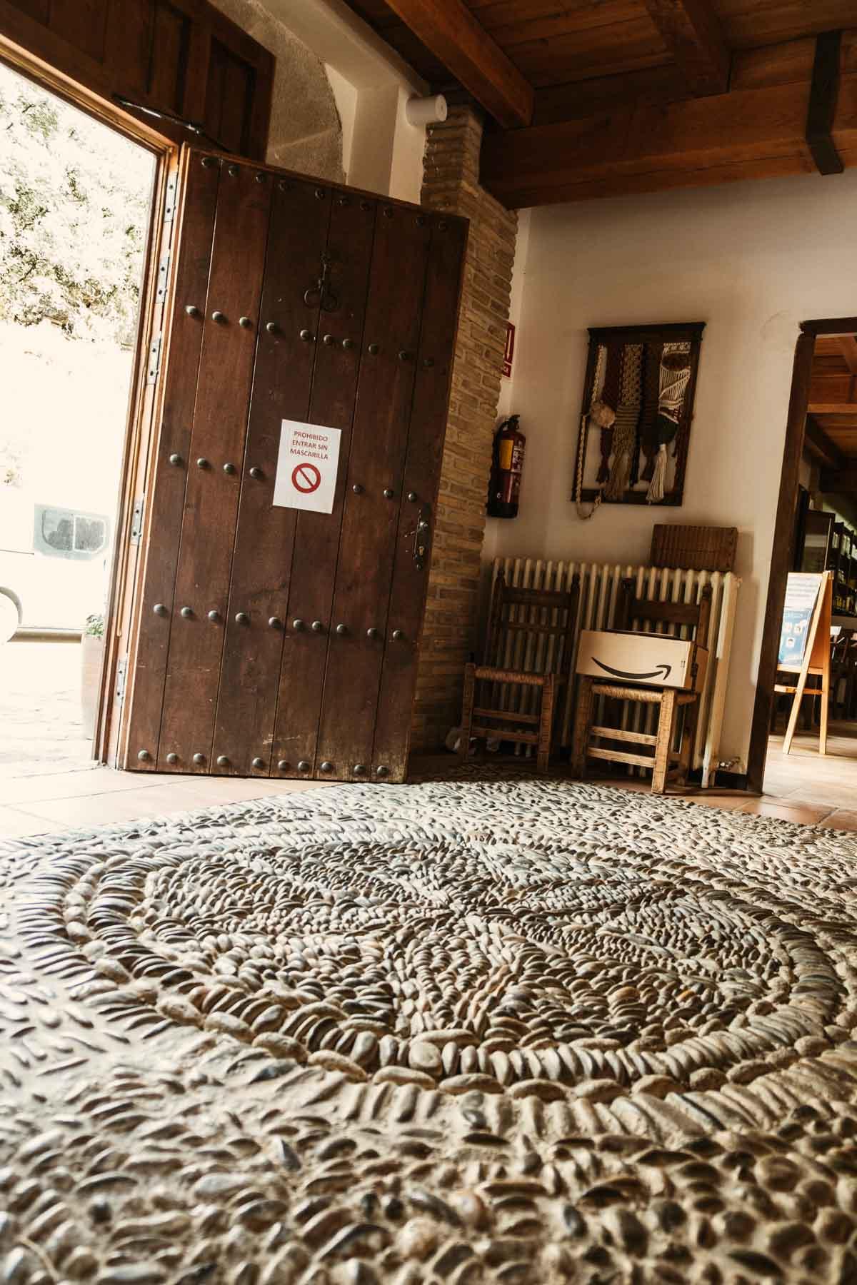 Mosaico de piedra a la entrada